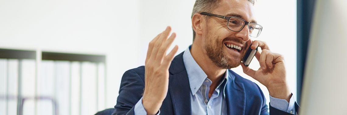 Homme d'affaires en complet et chemise bleu au téléphone