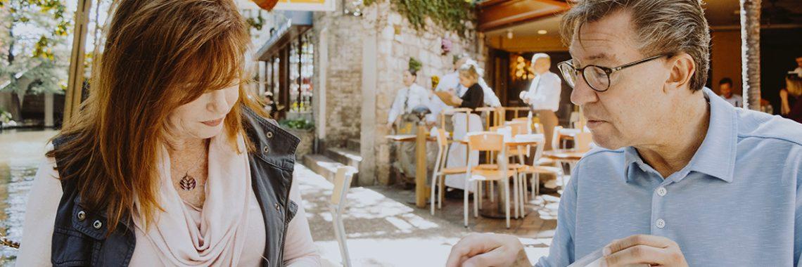 Un homme et une femme en réunion à l'extérieur