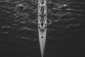 Bateau d'aviron quatre de couple avec barreur sur l'eau