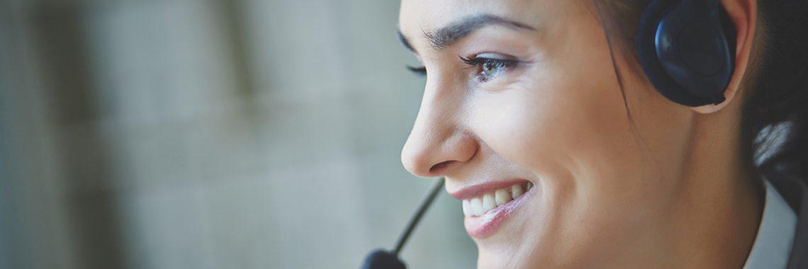 Femme souriante avec un client en centre d'appels