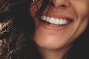 Bas du visage d'une jeune femme au grand sourire
