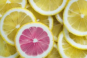 Tranches de citron jaunes avec une rose