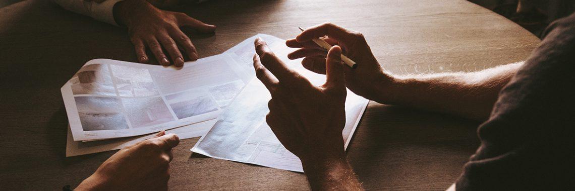 Gros plan de mains sur une table de réunion