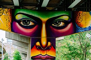 Murale aux couleurs vives affichant le visage d'une personne