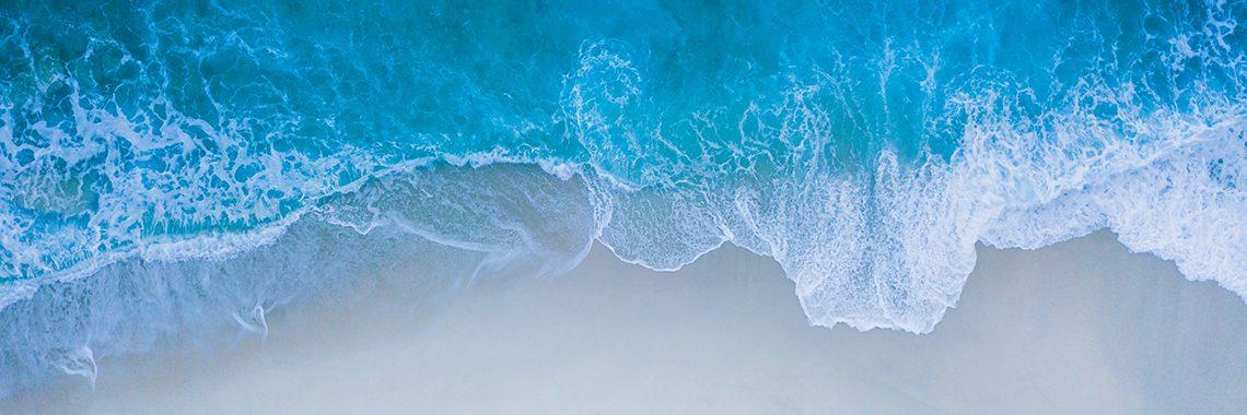 La mer et la plage vue du ciel