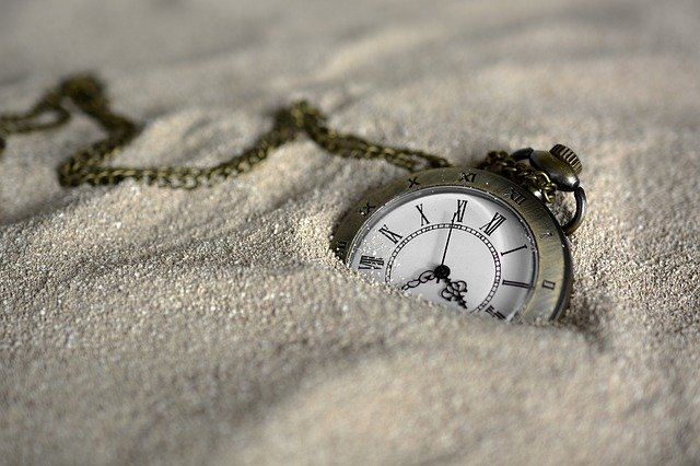 montre antique de poche enfouie dans le sable
