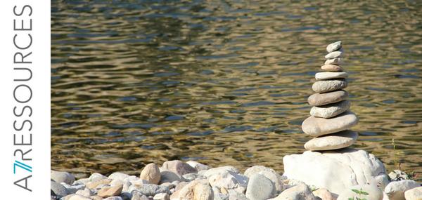 Roches empilées sur le bord d'une rivière