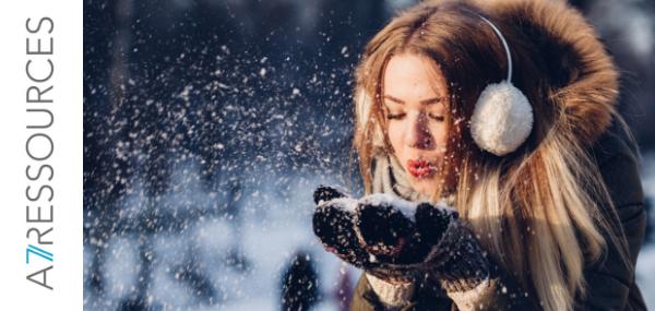 Une femme souffle sur de la neige