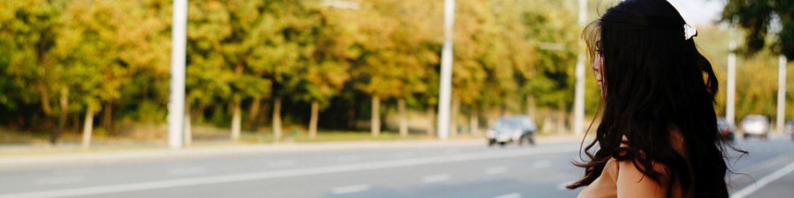 Jeune femme sur le bord de la route