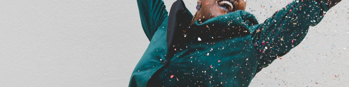 jeune femme heureuse avec confettis