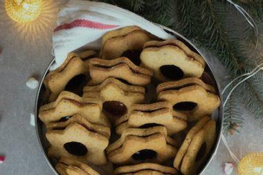 Bol de métal rempli de biscuits