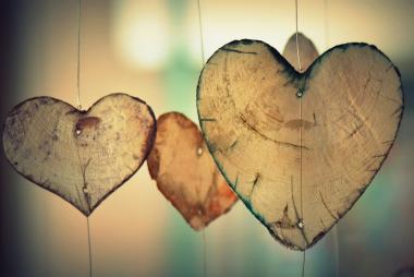 coeurs en bois suspendus à un fil Saint-Valentin mobile lumière