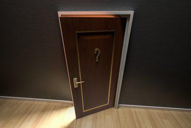 Porte ouverte avec point d'interrogation