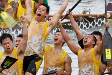 Hommes dans un bateau célébrant leur victoire