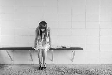 fille assise triste déprimée